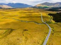 Красивый вид национального парка Connemara, известный для трясин и вересков, наблюданный сверх своей конусовидной горой, холм диа стоковые изображения rf