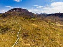 Красивый вид национального парка Connemara, известный для трясин и вересков, наблюданный сверх своей конусовидной горой, холм диа стоковые фото