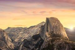 Красивый вид национального парка yosemite на заходе солнца в Калифорния стоковые фотографии rf