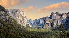 Красивый вид национального парка yosemite на заходе солнца в Калифорния стоковое фото rf