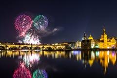 Красивый вид на красочных фейерверках над Карловым мостом и рекой Влтавой исторический центр Праги Чешская Республика Стоковая Фотография