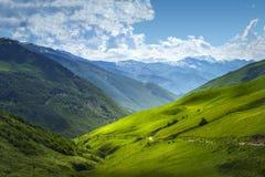 Красивый вид на рядах гор Ландшафт горы на день лета солнечный в Svaneti, Georgia высокогорная долина Гористые местности Кавказа стоковые изображения rf