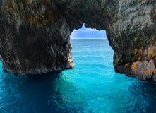 Красивый вид на сводах arces утеса голубых пещер от sightseeing шлюпки с туристами в открытом море пещеры внутренности Ionian мор Стоковое Фото