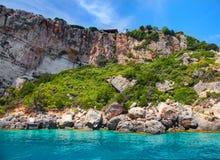 Красивый вид на сводах arces утеса голубых пещер от sightseeing шлюпки с туристами в открытом море пещеры внутренности Ionian мор Стоковая Фотография