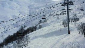 Красивый вид на снеге покрыл лифт горы и лыжи с людьми на ем, 4k сток-видео