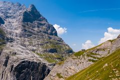 Красивый вид общежития горы Berghaus Baregg расположенного на наклонах Schreckhorn alps швейцарские стоковая фотография rf
