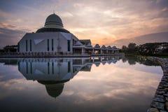 Красивый вид общественной мечети на Seri Iskandar, Perak, Малайзии Стоковое Изображение