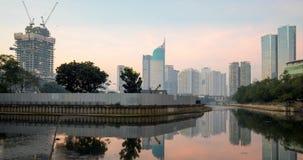 Красивый вид озера с взглядом небоскребов сток-видео