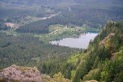 Красивый вид от верхней части горы на hikers на утесе Стоковое фото RF