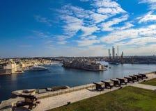 Красивый вид от верхних садов Barrakka салютуя батареи и большой гавани Валлетты, Мальты, Европы стоковое изображение