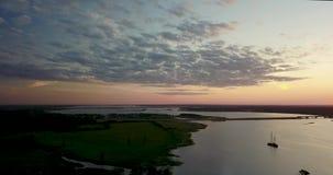 Красивый вид от вершины реки и захода солнца акции видеоматериалы