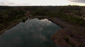 Красивый вид от дороги идя через красивые озеро и лес акции видеоматериалы