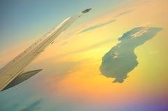 Красивый вид от иллюминатора аэробуса к Icaria, также сказанному по буквам Ikaria, витая в солнце Стоковое фото RF