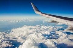 Красивый вид от иллюминатора окна крыло самолета на предпосылке облаков и голубого неба полет самолета сверх Стоковое Изображение RF