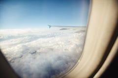Красивый вид от иллюминатора окна Крыло самолета на предпосылке облаков и голубого неба Стоковая Фотография RF