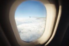 Красивый вид от иллюминатора окна Крыло самолета на предпосылке облаков и голубого неба Стоковое фото RF