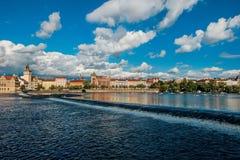 Красивый вид от реки Влтавы на банке Праги на солнечный день с драматическим небом Стоковые Изображения RF