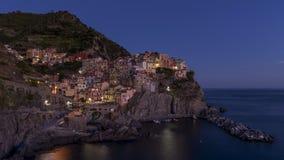 Красивый вид приморской деревни Manarola в голубом свете часа, Cinque Terre, Лигурии, Италии стоковые фотографии rf