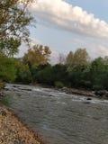 Красивый вид реки горы стоковое изображение