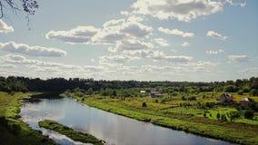 Красивый вид русла реки от высокого банка Оно предлагает очень красивый ландшафт сток-видео