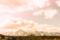 Красивый вид снежных горных пиков стоковые фотографии rf