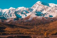 Красивый вид снежных горных пиков стоковое изображение