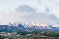 Красивый вид снежных горных пиков стоковое фото