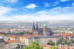 Красивый вид собора St Vitus, замка Праги и Mala Strana в Праге, чехии стоковое изображение rf