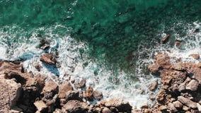 Красивый вид Средиземного моря Сильные океанские волны Воздушный взгляд сверху ясных лазурных океанских волн Трутень снятый скали акции видеоматериалы