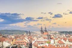 Красивый вид старой городской площади, и церковь Tyn и собор St Vitus в Праге, чехии Стоковые Фотографии RF