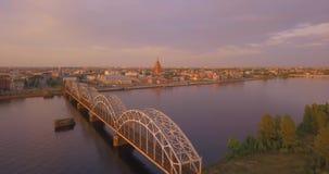 Красивый вид с воздуха западной Двины реки сток-видео