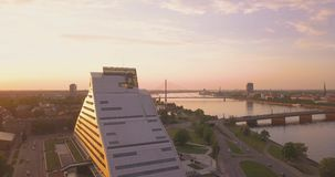 Красивый вид с воздуха латышской национальной библиотеки акции видеоматериалы