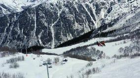 Красивый вид с воздуха на снеге покрыл горы и лифт лыжи, 4k видеоматериал