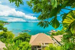 Красивый вид с воздуха пляжа и моря с пальмой кокоса внутри Стоковое Изображение RF