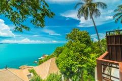 Красивый вид с воздуха пляжа и моря с пальмой кокоса внутри Стоковые Фотографии RF