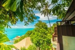 Красивый вид с воздуха пляжа и моря с пальмой кокоса внутри Стоковое фото RF
