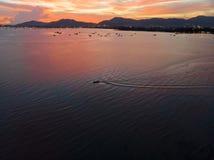 Красивый вид с воздуха пляжа моря облаков захода солнца стоковое фото