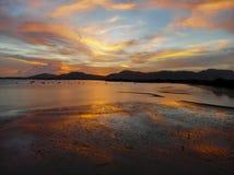 Красивый вид с воздуха пляжа моря облаков захода солнца стоковое фото rf