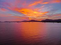 Красивый вид с воздуха пляжа моря облаков захода солнца стоковые изображения