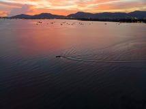 Красивый вид с воздуха пляжа моря облаков захода солнца стоковая фотография