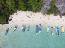 Красивый вид с воздуха побережья пляжа моря и шлюпки стоковое изображение rf