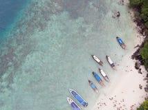 Красивый вид с воздуха побережья пляжа моря и шлюпки стоковые фотографии rf