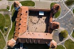 Красивый вид с воздуха средневекового комплекса замка Mir на солнечном sp стоковые фотографии rf
