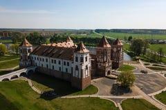 Красивый вид с воздуха средневекового комплекса замка Mir на солнечном sp стоковое фото rf