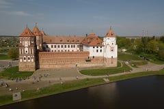 Красивый вид с воздуха средневекового комплекса замка Mir на солнечном sp стоковое изображение