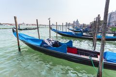 Красивый вид традиционной гондолы на канале большом с салютом della Santa Maria di базилики в Венеции, Италии Стоковое фото RF