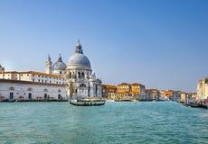 Красивый вид традиционных гондол на канале большом с историческим салютом della Santa Maria di базилики на заднем плане на s стоковое фото