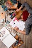 Красивый вид художника и объекты для красить на деревянном партере белизна пятна краски маски принципиальной схемы черноты предпо Стоковая Фотография RF