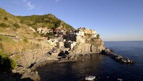 Красивый вид Manarola в свете позднего вечера, Cinque Terre, Лигурии, Италии сток-видео