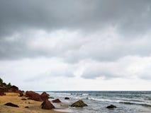 Красивый вид Varkala Кералы Индии песчаного пляжа пляжа Aalyirakkam после обеда стоковое фото